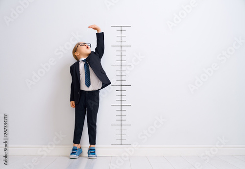Fototapeta Kid is measuring the growth obraz