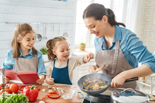 Poster de jardin Individuel Happy family in the kitchen.