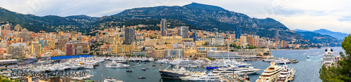 La pose en embrasure F1 Monte Carlo panorama with luxury yachts and grand stands by the in harbor for Grand Prix F1 race in Monaco, Cote d'Azur