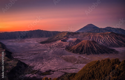 Photo Stands Eggplant Mount Bromo volcano (Gunung Bromo) at sunrise with colorful sky background in Bromo Tengger Semeru National Park, East Java, Indonesia.