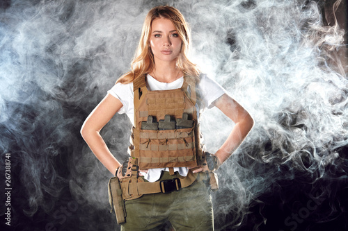 Photo  Portrait beautiful blonde female soldier dressed in plate carrier and warbelt