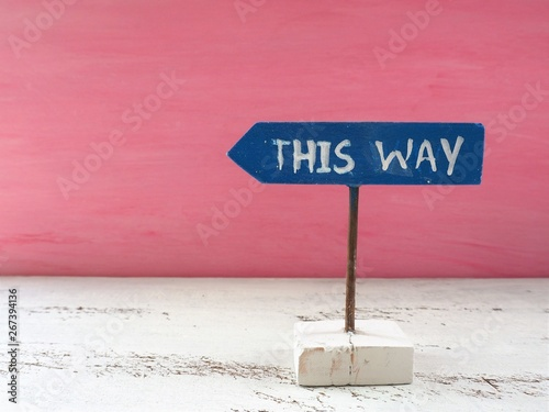 "Fotomural  ""THIS WAY""と手描きされた矢印の形をした看板"