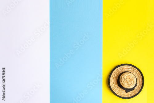 Fotografia  Traditional canarian straw hat   on The Canary Islands tricolor flag backgroun