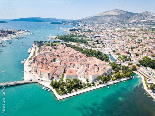 Foto op Plexiglas Europa Aerial view of touristic old Trogir, historic town on a small island and harbour on the Adriatic coast in Split-Dalmatia County, Croatia. Ciovski most connects Ciovo and Trogir islands. Kastela gulf