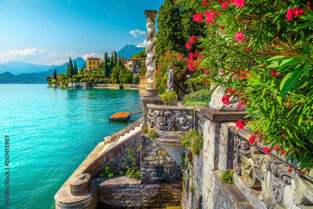 Jezioro Como z luksusowymi willami i spektakularnymi ogrodami, Varenna, Włochy