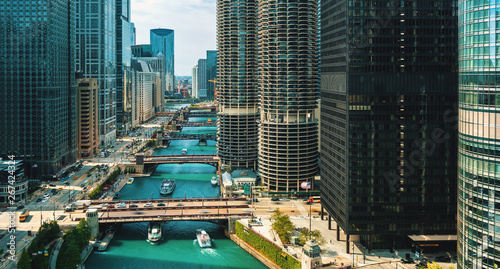 Foto auf Gartenposter Chicago Chicago River with boats and traffic from above in the morning