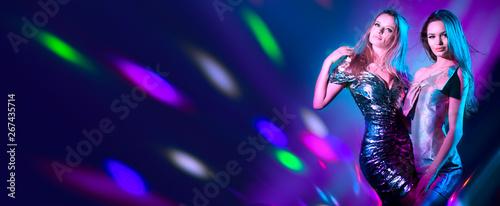 Fotografía  Hot model girls dancing in UV neon lights