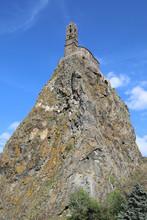 Le Célèbre Rocher D'Aiguilhe Surplombé De L'église Saint-Michel. Monument Situé Au Puy-en-Velay, Préfecture De La Haute-Loire, Auvergne, France.