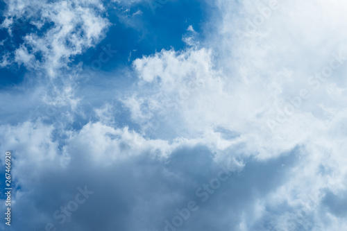 Foto  Incredibly beautiful clouds against a sunny blue sky.
