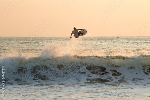 Surfeur en l'air sur la vague de Zicatela, Puerto Escondido, Oaxaca, mexique Wallpaper Mural