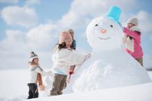 雪だるま作る小学生