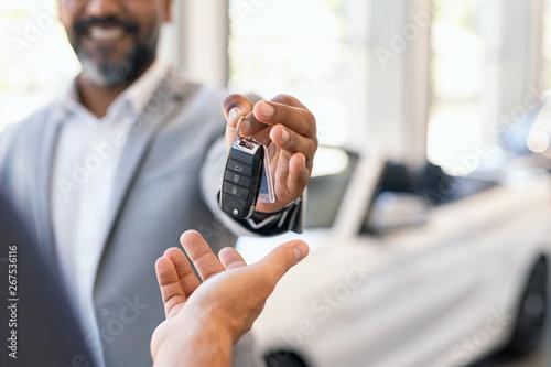 Cuadros en Lienzo Salesman giving new car keys to customer