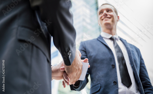Fotografía Portrait of two business man giving bribe money in white envelope corruption scam shake hand