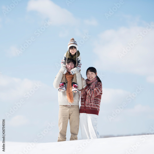 雪原で肩車をする家族 Fototapet