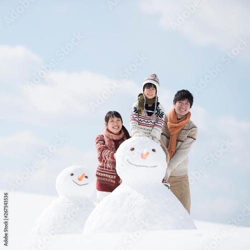 Fotografie, Obraz  雪だるまの側で微笑む家族
