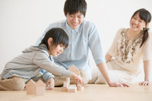 積み木で遊ぶ家族