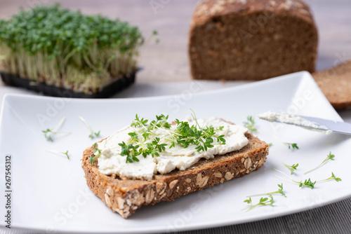 Foto Vollkornbrot mit Kräuterfrischkäse