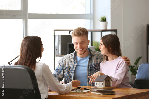 Cuadros en Lienzo Young couple in office of real estate agent