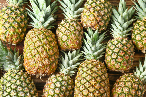 Stampa su Tela Many ripe pineapples as background