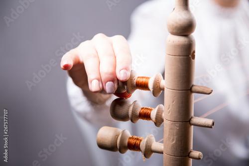 Dłonie młodej kobiety robiącej perukę - fototapety na wymiar