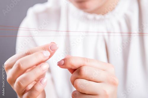 Fototapeta Dłonie młodej kobiety robiącej perukę obraz