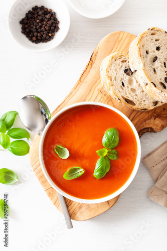 Tuinposter Londen tomato soup flat lay on white backgorund