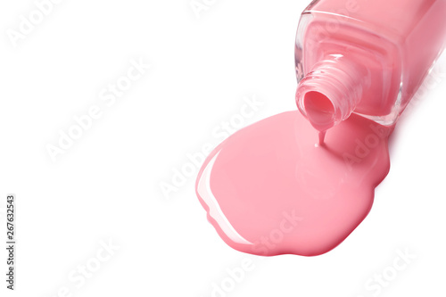 Fotomural  Spilled color nail polish with bottle on white background