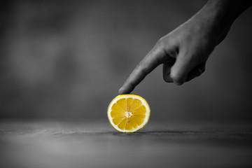 Cytryna  trzymana palcem wskazującym