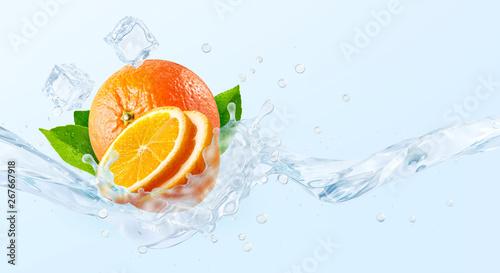 Fototapeta owoce w wodzie   swieza-zimna-czysta-woda-smakowa-z-pluskiem-fali-pomaranczowej-czysta-woda-zaparzona-pomaranczowymi-owocami-lub