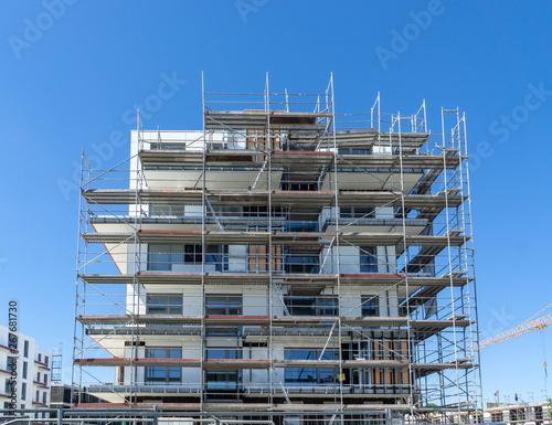 Fotografia building under construction - facade with scaffolding