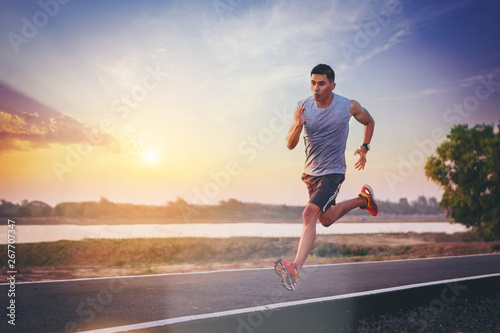 Fotomural Silhouette of man running sprinting on road