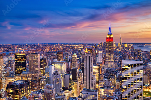 Montage in der Fensternische New York New York City Midtown with Empire State Building at Dusk from Helicopter View