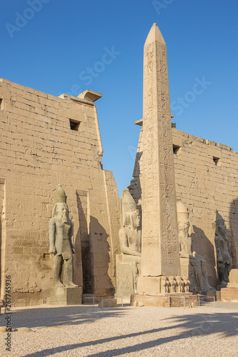 Fotografía The entrance of the Temple of Luxor with an obelisk and statues of Ramesses II