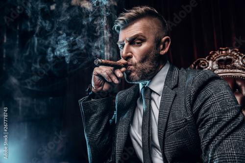 Fotografía cigar smoker at home