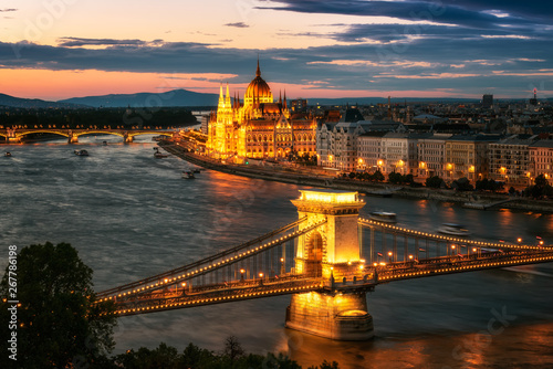 Montage in der Fensternische Budapest Budapest at sunset / Amazing sunset above Hungarian Parliament in Budapest