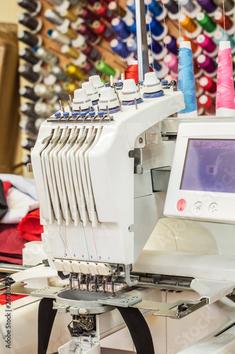 Fotografía  Industrial embroidery machine with software control