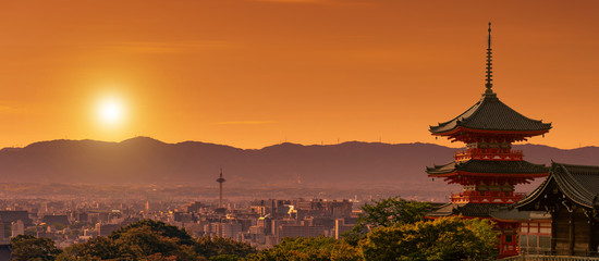 Svetište Kiyomizudera u prvom planu, gradski krajolik Kyoto u sumrak