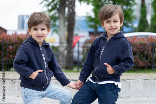 Cute four year old fraternal twins in fashionable clothes are posing for the cam Fototapet