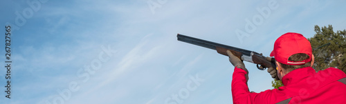 Papel de parede man shooting trap or skeet with a shotgun,  clay pigeon shooting on the sky back