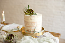 Elegant White Wedding Cake Wit...