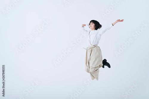 Fototapeta 若い女性 ライフスタイル 白背景 obraz