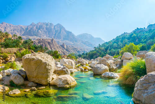 Montage in der Fensternische Blau Lagoon with turqoise water in Wadi Tiwi in Oman.