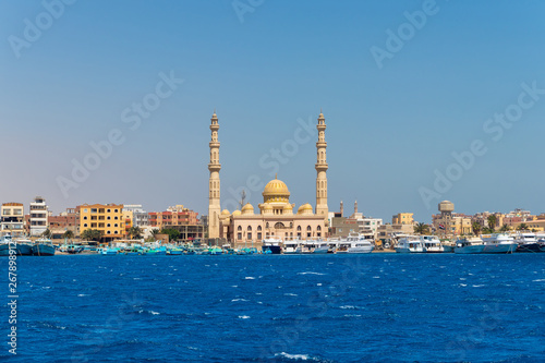 Foto El Mina mosque minaret in Hurghada, a view from the sea, Egypt