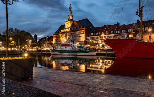 Rathaus Emden bei Nacht Fototapeta