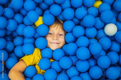Papel de parede Child playing in ball pit
