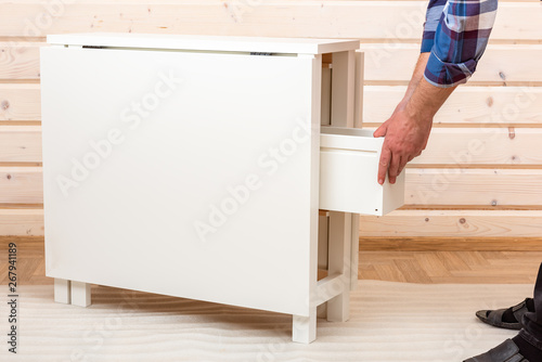 The buyer collects ready-to-assemble folding table Fototapet