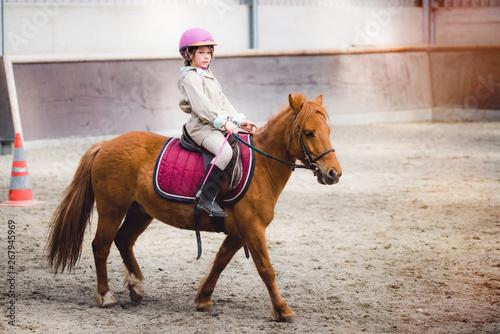Fototapeta magnifique jeune fille sur son poney