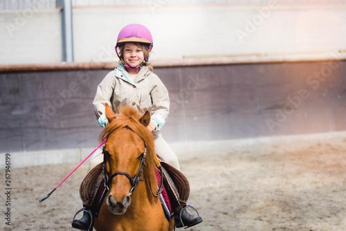 Photographie magnifique jeune fille sur son poney