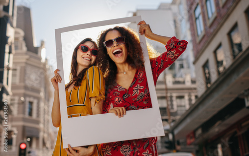 Foto Girls posing with empty photo frame