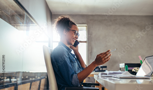 Pinturas sobre lienzo  Businesswoman in conversation over phone